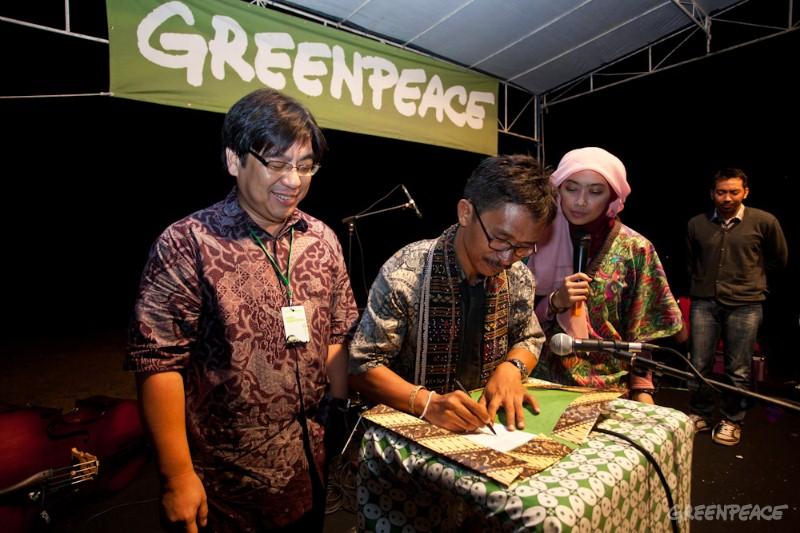 AMAN dan Greenpeace Tandatangani Inisiatif Bersama