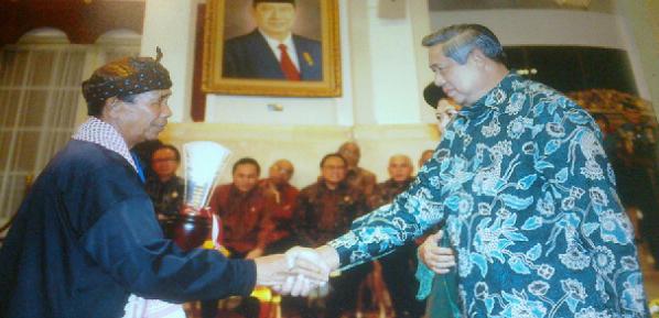Abah H.M Okri Kasepuhan Cisitu Terima Penghargaan Presiden RI