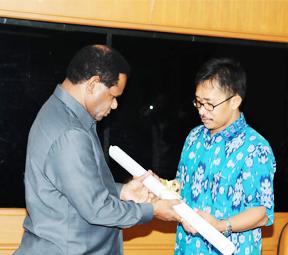 Penyerahan Peta Wilayah Adat oleh  AMAN dan BRWA kepada Kementerian Lingkungan Hidup