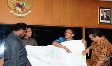 Penyerahan Peta Wilayah Adat Oleh Aman Dan Brwa Kepada Kementerian