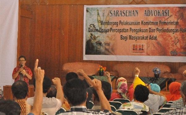 Pembukaan Sarasehan  Advokasi Menjelang Rakernas IV Sorong oleh Sekjen AMAN Abdon Nababan