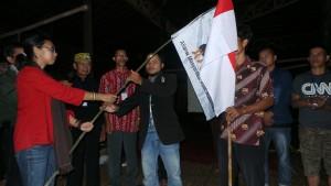 Deputi I PB AMAN Mina Susana Setra Menyerahkan Bendera AMAN Pada Ketua BPH AMAN Kalsel Terpilih Hadi Irawan