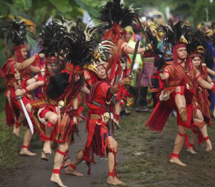 Kawasaran dance welcomes the arrival of the Secretary General of AMAN in Minahasa
