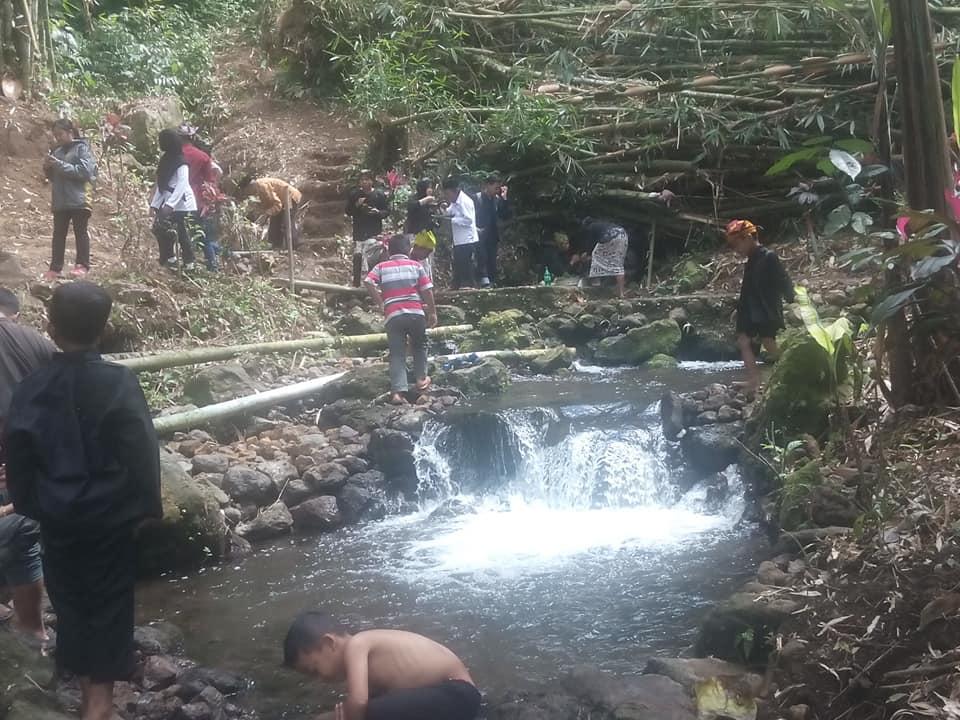 """Berita Foto : Masyarakat Adat Osing Jopuro Merawat Mata Air Dengan Selamatan """"Ithuk-ithukan Sumber"""""""