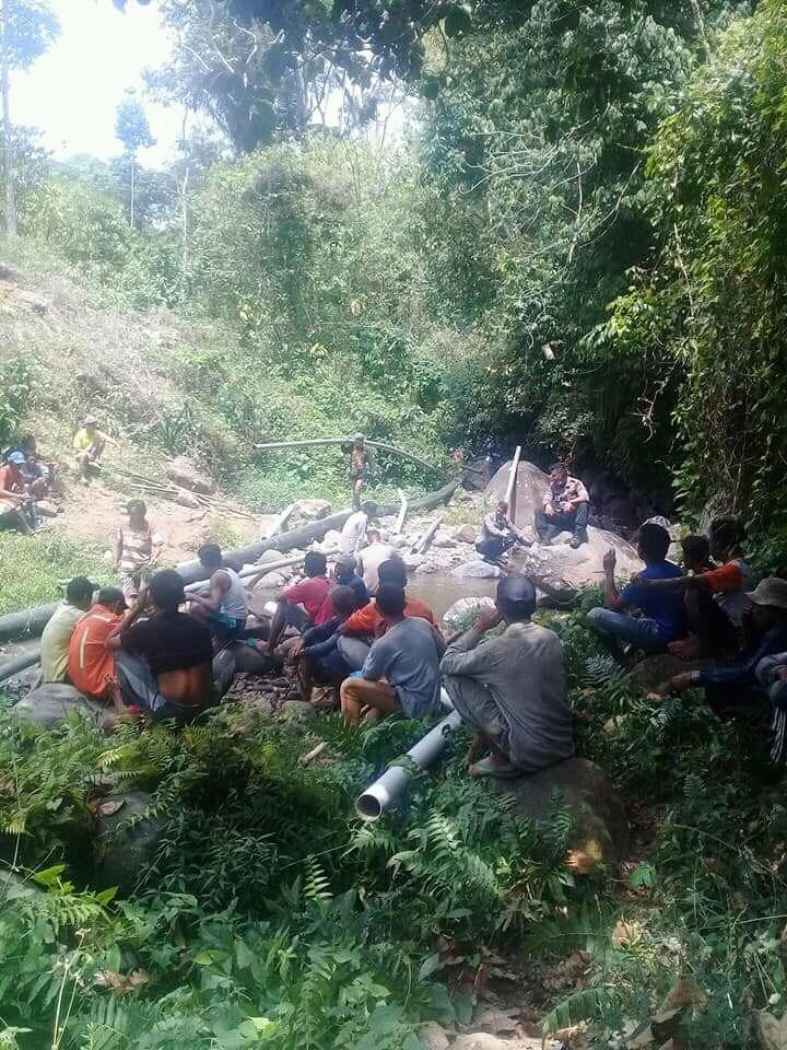 Masyarakat Desa Semokan Gotong Royong Perbaiki Pipa Air Paska Gempa