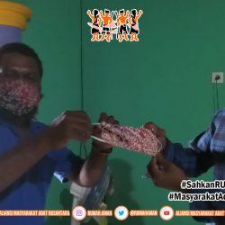 Gugus Tugas AMANkanCOVID19 Sorong Raya Bagi-bagi Masker